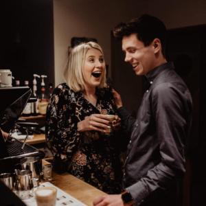 Pärchen lacht und genießt Kaffee