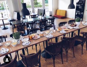 Location der Coffeebar mit gedecktem Frühstückstisch