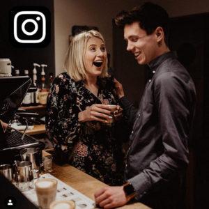 Icon Instagram | Pärchen lacht und trinkt Kaffee
