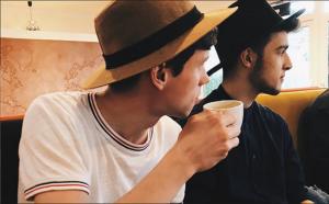Junger Mann trinkt Kaffee