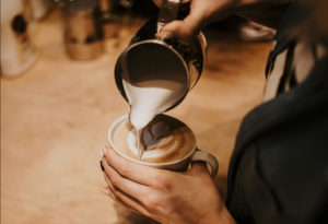Kaffee ausschütten