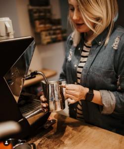 Pia beim Kaffee kochen