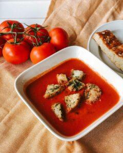 Mittagessen, Tomatensuppe mit Brot
