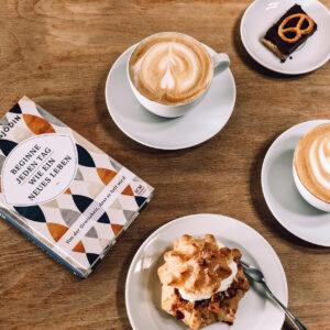 Kaffee und Kuchen sowie ein Buch