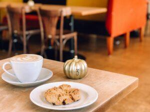 Kaffe und Plätzchen sowie ein kleiner Kürbis
